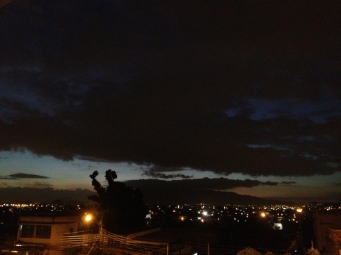 contemplo o tempo passar por uma fresta do dia, da minha janela — nem dia nem noite, nem claro nem escuro — mais pra escuro, claro.